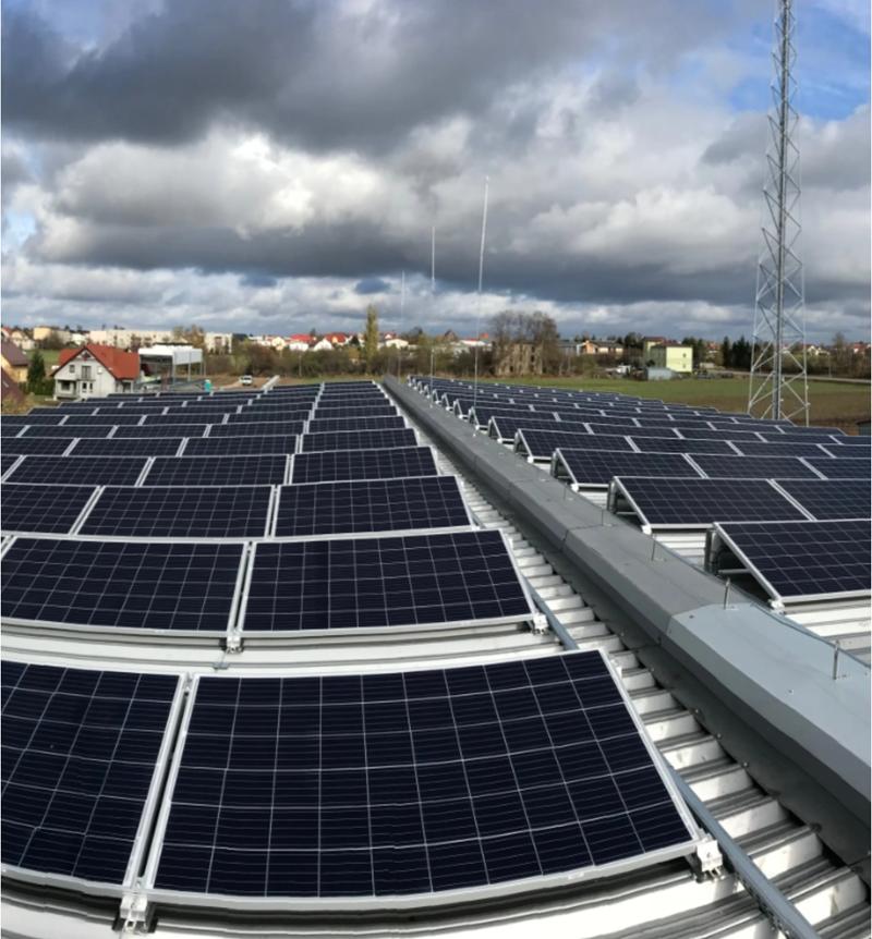 panele fotowoltaiczne zainstalowane poziomo na płaskim dachu